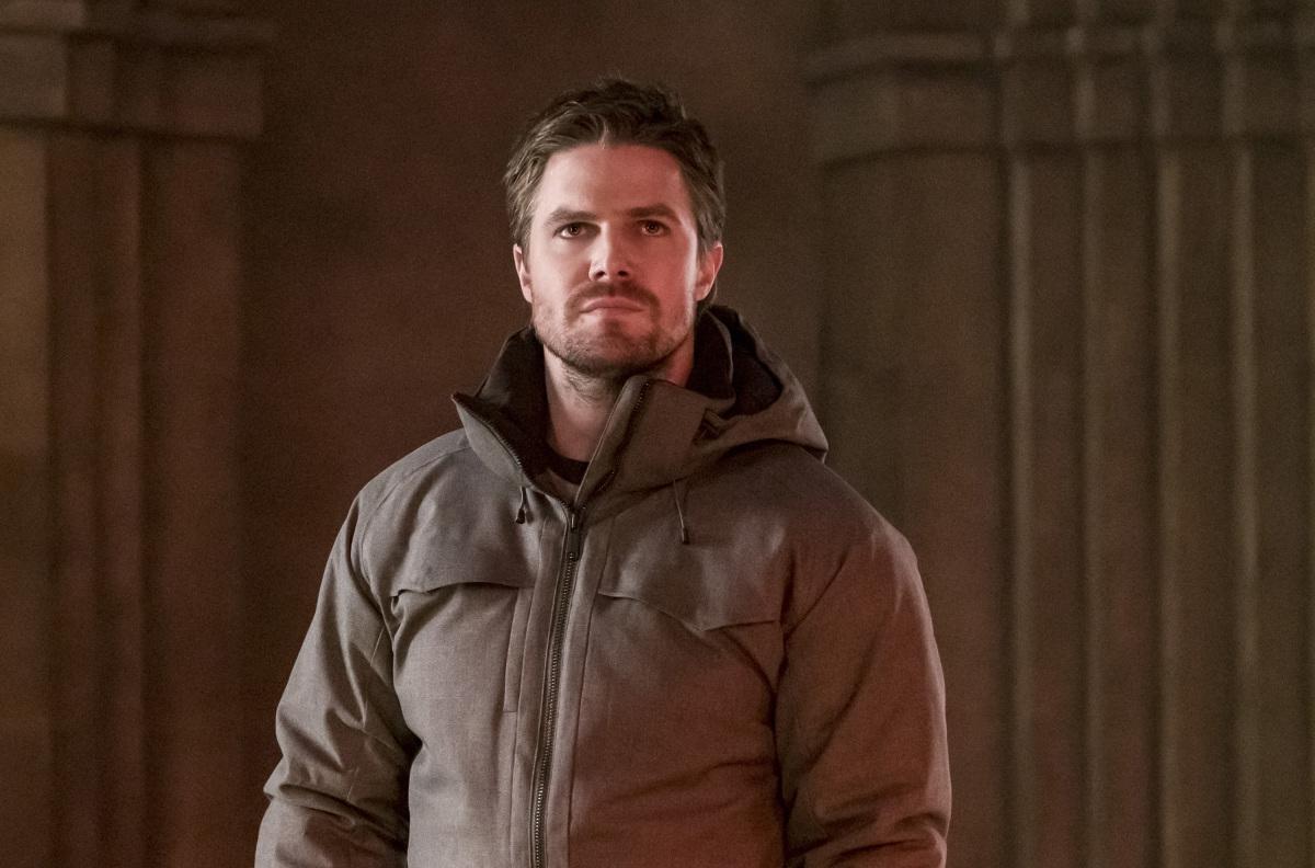 Oliver Queen en el templo de Talia buscando información sobre Prometheus