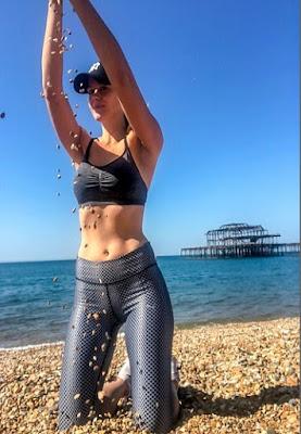 Sara Johansson berpose di pantai