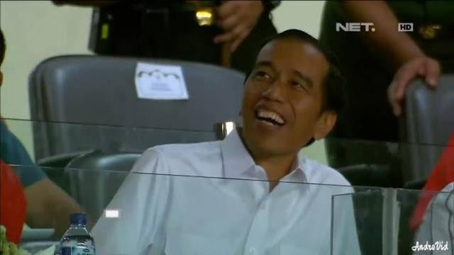 ROMANTIS, Cowok Ini Nekat Melamar Pacarnya di Depan Presiden Jokowi dan 80.000 Penonton. Eh, Tapi Jones Pada Menghujat