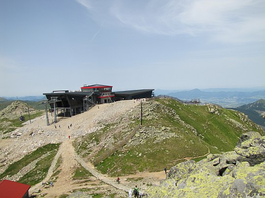 Górna (środkowa) stacja kolejek gondolowych ośrodka Jasná-Chopok z restauracją i hotelem.