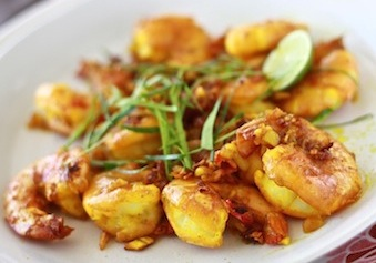 Turmeric prawns with kaffir lime leaves by SeasonWithSpice.com
