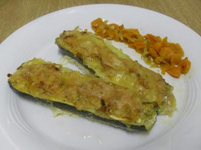 Calabacines rellenos de atún con zanahoria  y cebolla caramelizada.