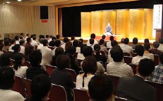 講師・三遊亭楽春の教員大会コミュニケーション講演会の風景。