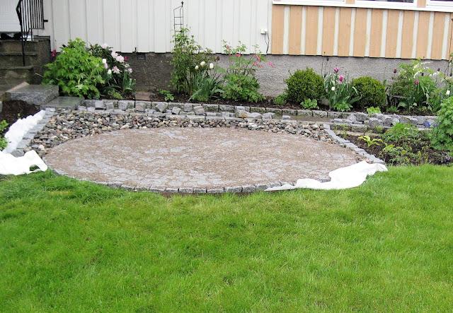 En sirkel av brostein blir til i Furulunden, sirklene nærmer seg ferdig