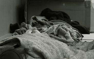 Την πρώτη νύχτα του χιονιά στην Ηγουμενίτσα άστεγος αλλοδαπός τουρτούριζε ξαπλωμένος κατάχαμα και άρρωστος!