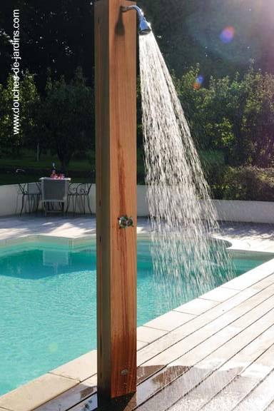 Rociador junto a la piscina