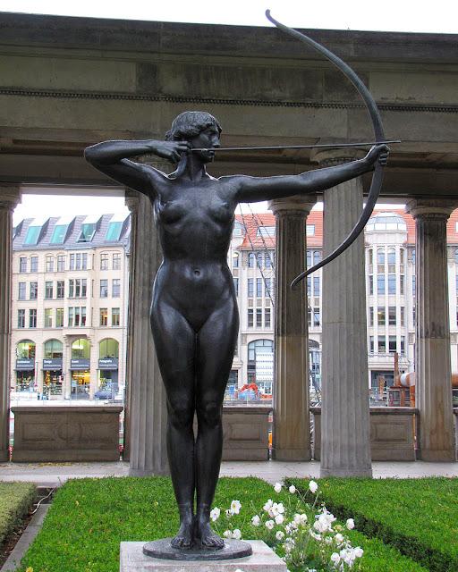 Bogenspannerin, Archer by Ferdinand Lepcke, Kolonnadenhof, Museumsinsel, Berlin