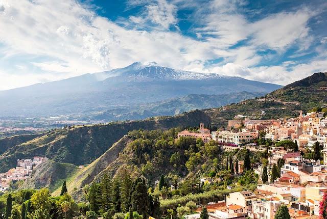 Vista de parte da cidade de Catania e do Mount Etna