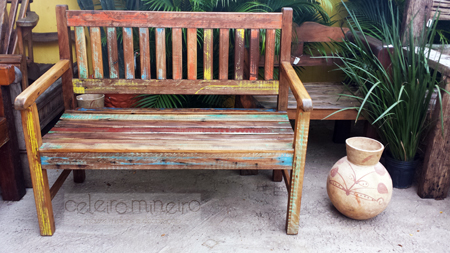 banco em madeira de demolição para dois lugares com descascado colorido