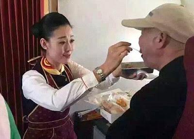 Pramugari Hainan Airlines menyuapi penumpang