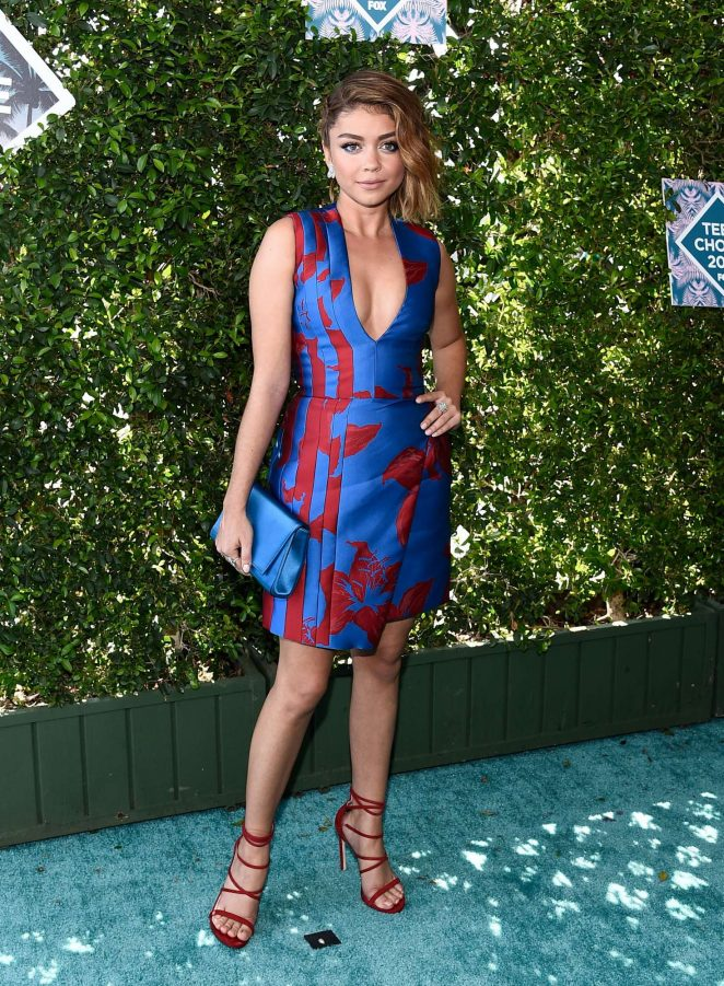 Sarah Hyland bares cleavage at the 2016 Teen Choice Awards‏