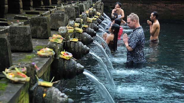 Nuansa Religi Serta Panorama Eksotis Destinasi Wisata Tampak Siring Bali
