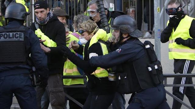 """Nueva protesta de """"chalecos amarillos"""" deja 39 detenidos en París"""