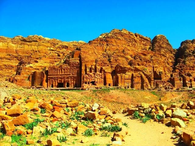 Widok z góry na Grobowce Królewskie wyrzeźbione w skałach - Petra (Jordania)