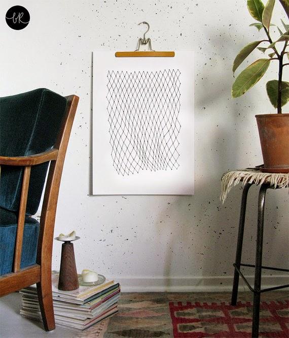 Decora tus paredes con láminas colgadas en perchas