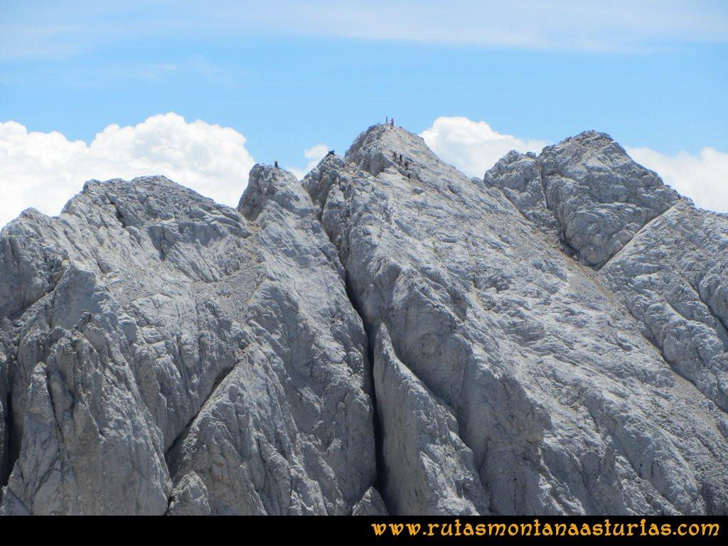 Ruta el Cable, Padiorna, Collado Jermoso, Palanca, Fuente De: Montañeros descendiendo del Llambrión
