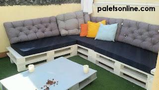 terraza con europalet color blanco y colchonetas color azul Paletsonline.com