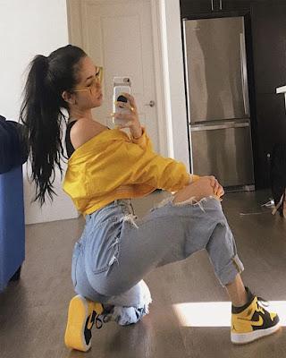 foto en el espejo outfit amarillo