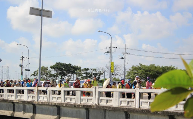跨過昔日的濱海公路,路兩旁的景色劇烈變化。