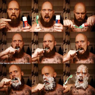 Mann mit Bart und Glatze beim Zähne putzen extrem lustig