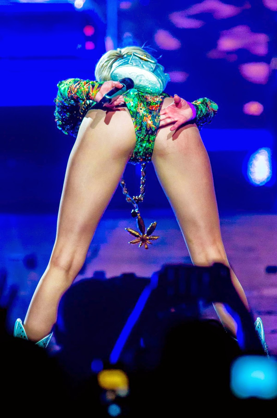 PhotoFunMasti: Miley Cyrus - Photos from Bangerz Tour in ...