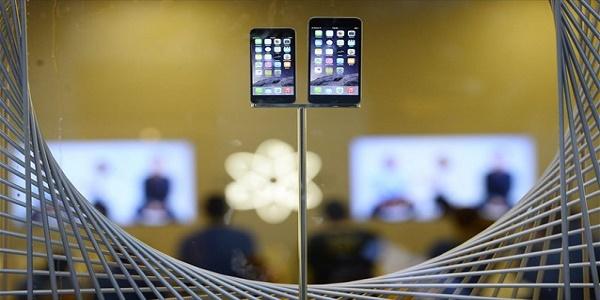 Bloomberg: H Apple στο μικροσκόπιο των αμερικανικών αρχών για την επιβράδυνση των iPhone