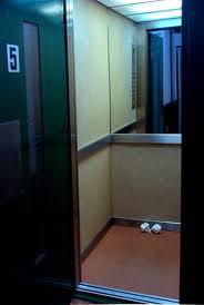Puerta abierta de ascensor, mostrando su interior