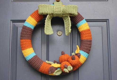 Crochet pattern autumn wreath (photo by Repeat Crafter Me) | Happy in Red