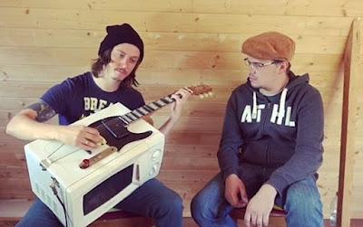 đàn guitar từ lò vi sóng và điện thoại siêu chất