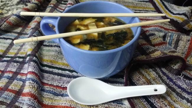 Una sopa hecha con miso, wakame y verduras