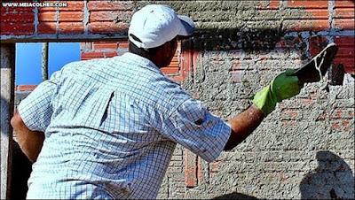 pedreiro chapiscando parede