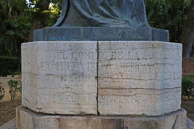 Grabado al pie del monumento Infanta María Luisa