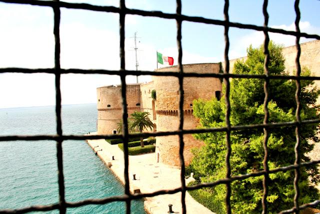 ponte girevole Taranto, castello, mare, vegetazione