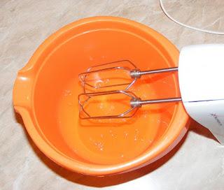 preparare bezea de albusuri la mixer, albus de ou mixat cu mixerul, retete cu oua, preparate din oua,