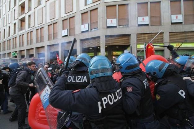 scontri-polizia-carabinieri-maestra