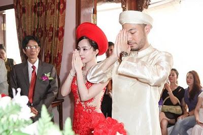 Cô dâu chú rể khấn lạy tổ tiên trong lễ ăn hỏi