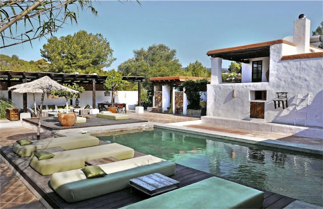 piscina con tumbonas Villa Ibizcus chic and deco