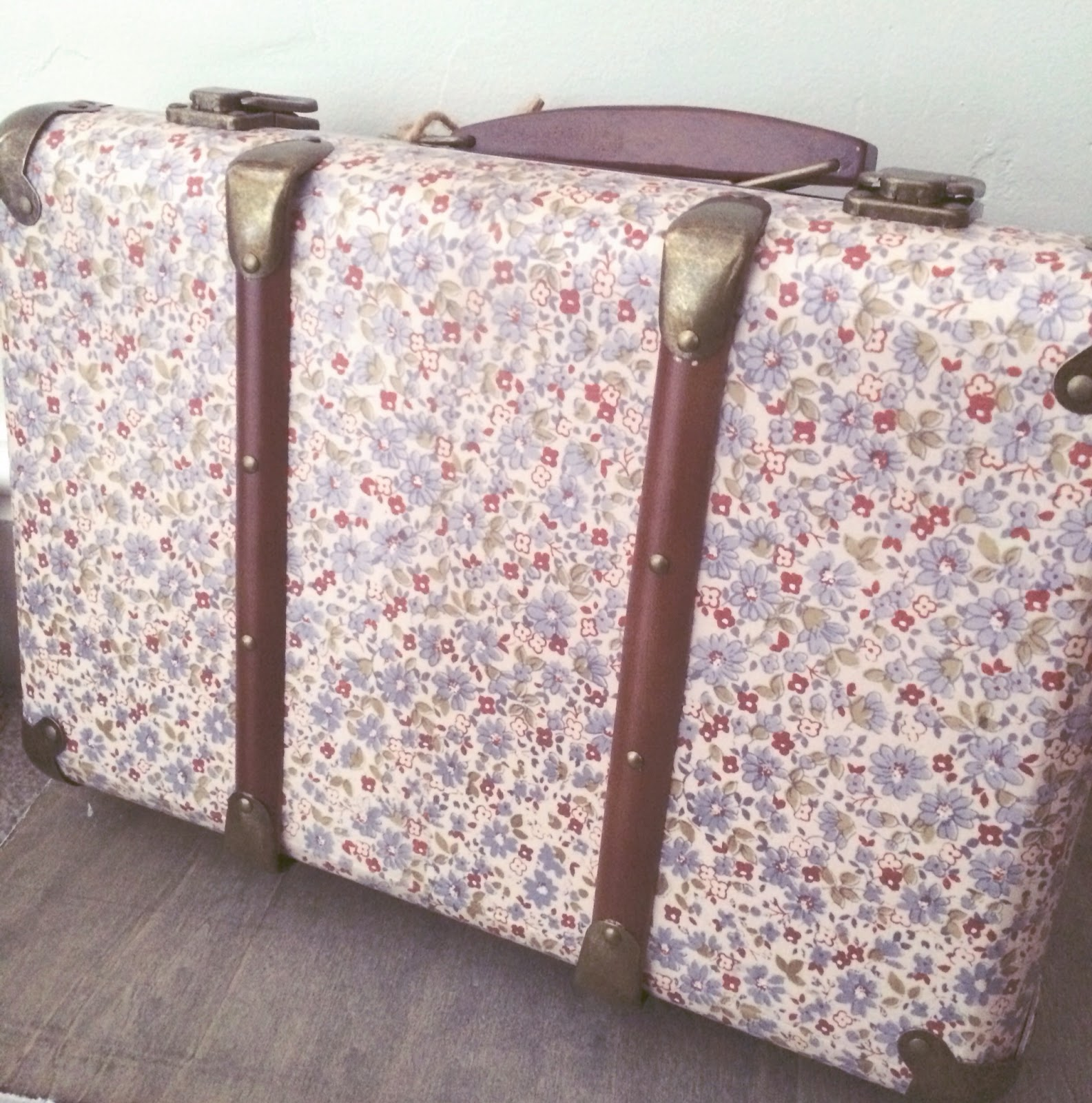 http://lovehijab.tictail.com/product/vintage-mini-blue-daisy-suitcase