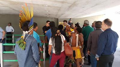 Índios invadem a Câmara dos Deputados por terem o acesso negado a uma audiência sobre produção agrícola