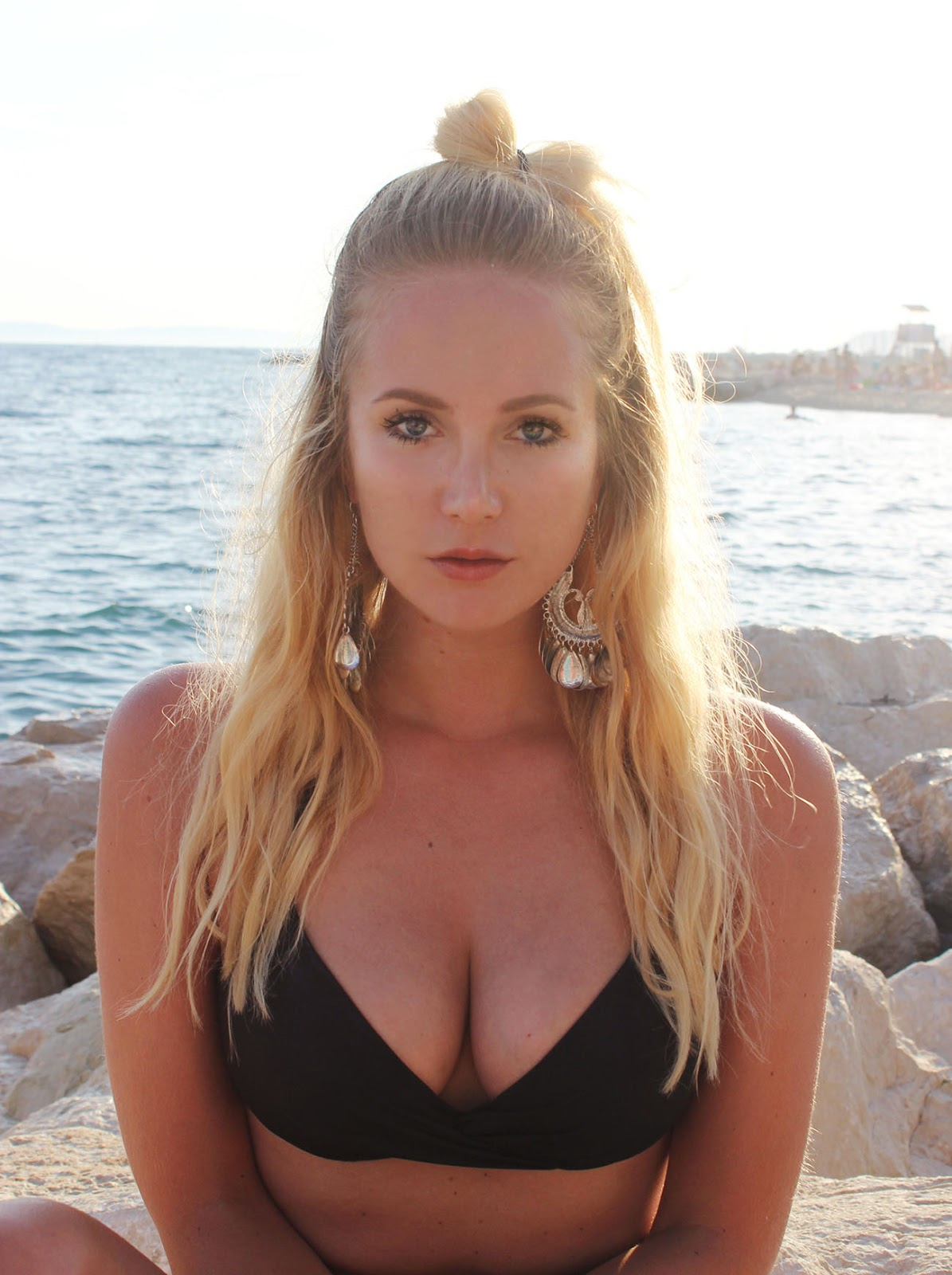 Model Travelblogger with blonde hair Shooting at the beach of split, croatia