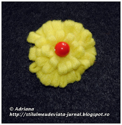 crizantema galbena din fetru