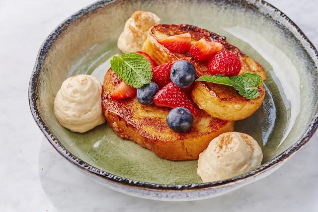 """Стильные завтраки в """"Moregrill"""", французские гренки со свежими ягодами"""