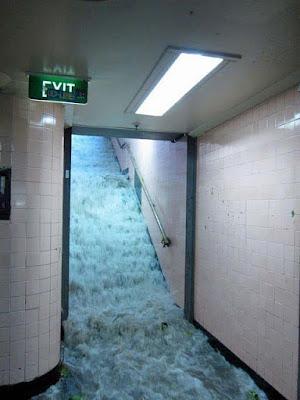 Notausgang auf Arbeit überschwemmt lustig - Hochwasser im Gebäude