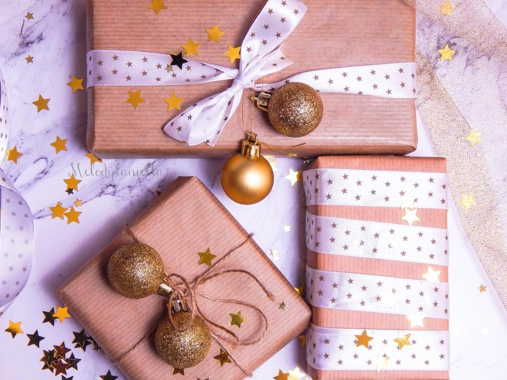 9 jak zapakować prezenty świąteczne w papier pakowy pomysły na pakowanie prezentów jak zapakować pudełko w papier jak ozdobić papier pakowy przy pakowaniu prezentów wstążki bombki złoto gałązki pakowy papi