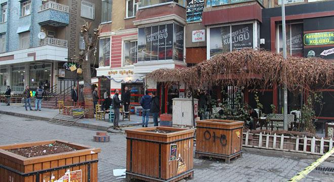 Diyarbakır'da Sanat Sokağında kafelerin bulunduğu apartmana el yapımı patlayıcı atıldı