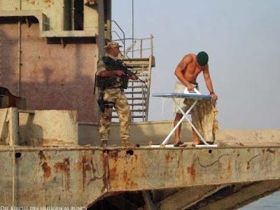 Soldat lustig Bügeln unter bewachung witzig