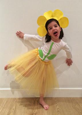 Niña disfrazada de flor amarilla