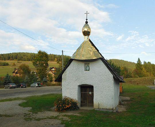 Kapliczka przy wejściu do dawnej wsi Biała Woda.