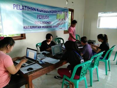 Nampak, Pemuda desa Moonow tengah ikuti kursus komputer.