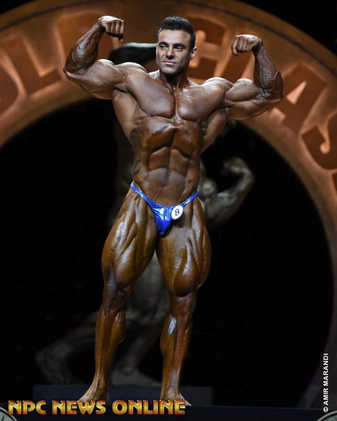 Rafael Brandão executa pose duplo bíceps de frente no prejudging do Arnold Classic 2019. Foto: Amir Marandi